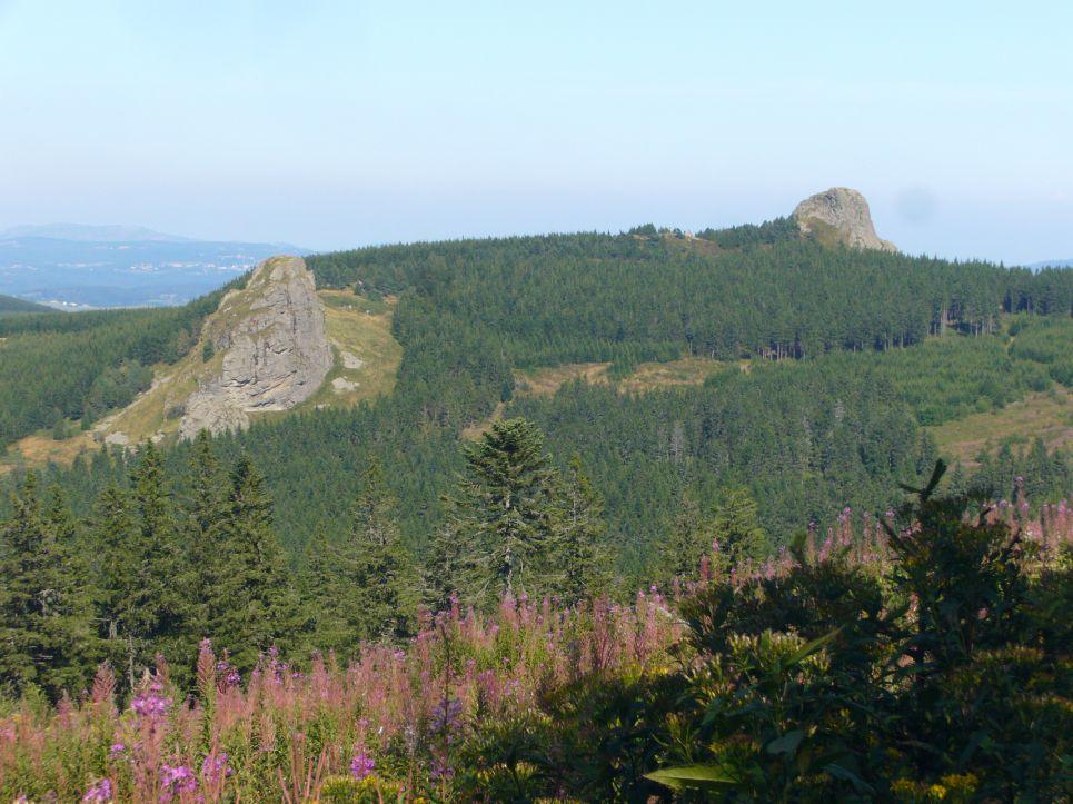 Le chastelas (à gauche) emplacement du chateau des seigneurs du Mézenc